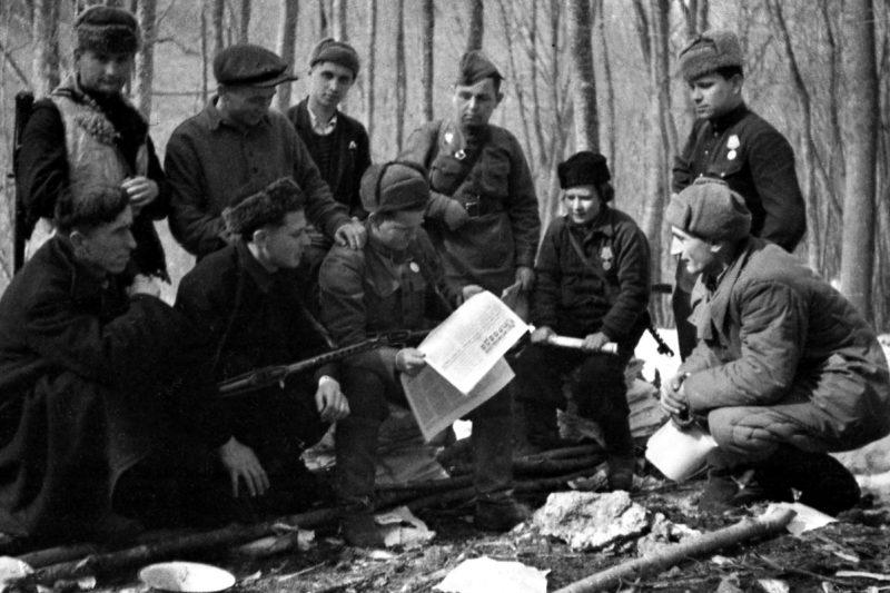 Партизаны читают газету «Правда». 1943 г.
