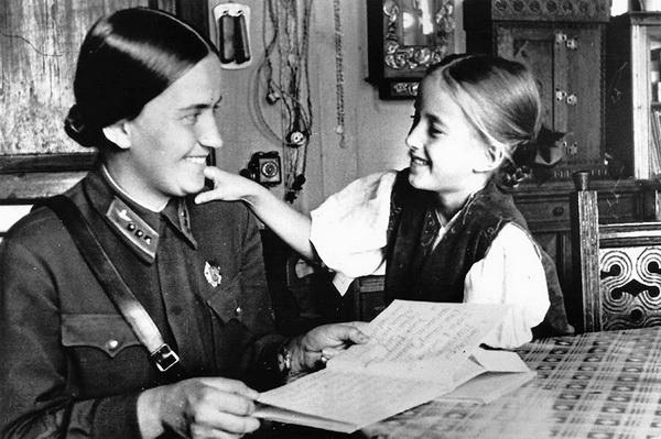 Раскова с дочерью. 1943 г.
