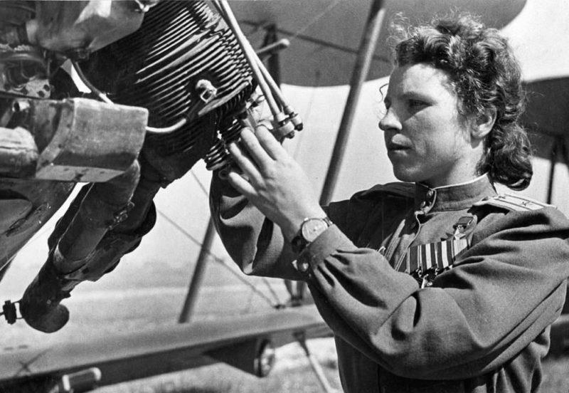 Майор Никулина у самолета. 1944 г.