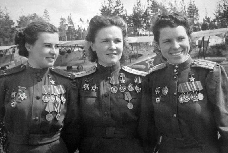 Герои Советского Союза Наталья Меклин, Надежда Попова и Евдокия Никулина. 1944 г.
