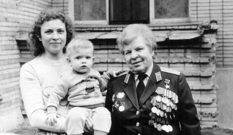Евдокия Никулина с дочерью и внуком. 1987 г.