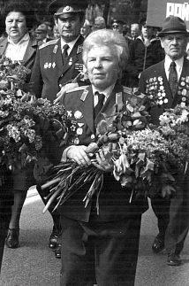 Евдокия Никулина в День Победы. 1990 г.