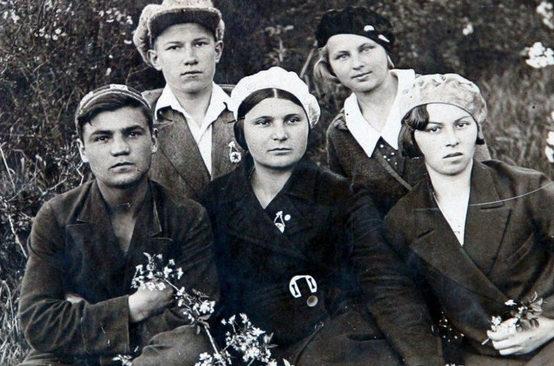 Носаль с учениками аэроклуба. 1941 г.