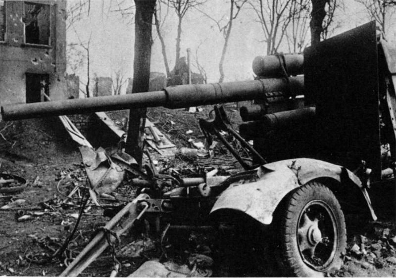 Брошенные немецкие орудия. Май 1945 г.