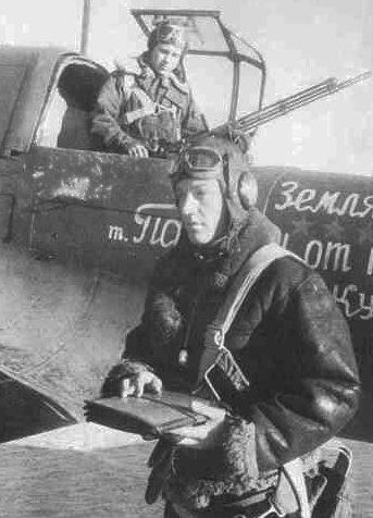 Одинцов со своим стрелком у самолета. 1944 г.