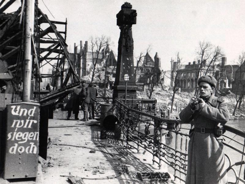 Фотокорреспондент в городе. Май 1945 г.