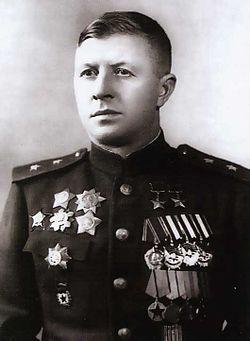 Дважды Герой Советского Союза генерал-лейтенант Родимцев. 1944 г.