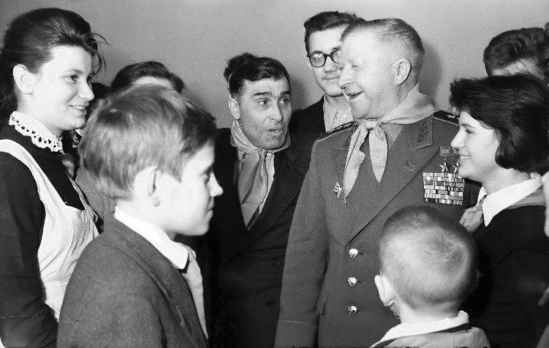 Генерал Родимцев в школе. 1970 г.