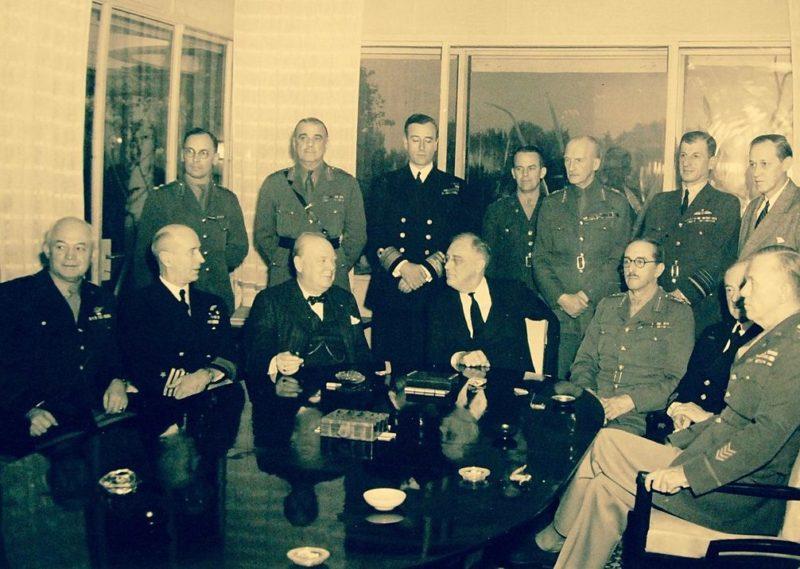 Ф. Д. Рузвельт и У. Черчилль на Касабланкской конференции в окружении членов Объединённого комитета начальников штабов.