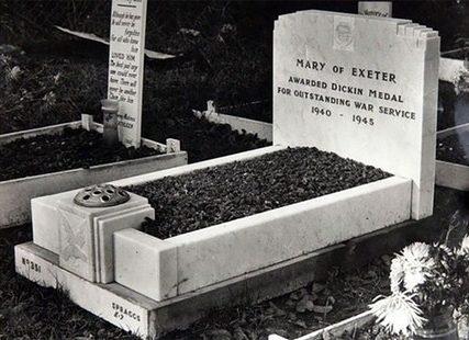 Голубка «Мэри Эксетер» и ее могила. Поддерживала связь через Ла-Манш. Пережила нападение военного ястреба противника, тяжелое ранение дробью, травму шеи близким разрывом шрапнели и бомбардировку голубятни, когда были убиты десятки других птиц. Получила медаль Марии Дикин, 23 шва и специальный кожаный корсет для поддержки шеи.