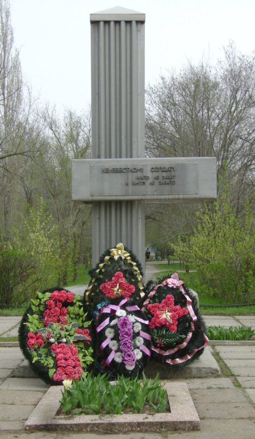 п. Береславка Калачевского р-на. Памятник Неизвестному солдату по улице Школьная, 4.