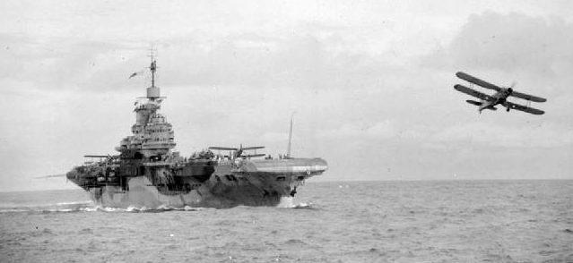 Самолет «Альбакор» поднимается с палубы британского авианосца «Формидебл».