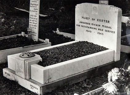 Голубка Мэри Эксетер и могила, где она была почетно захоронена.