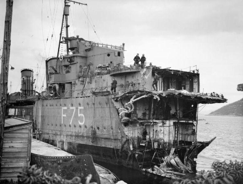 Поврежденный британский эсминец «Eskimo».