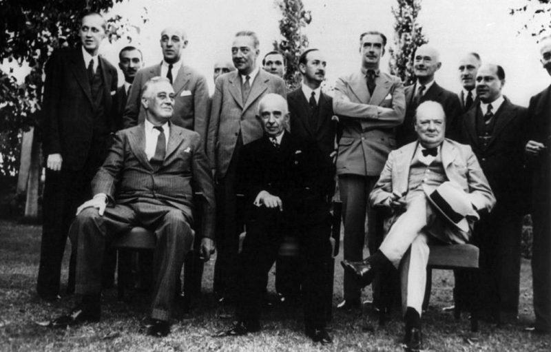 Лидеры государств со своими помощниками.