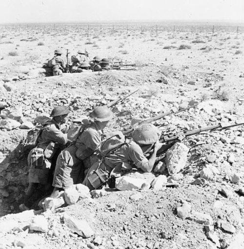 Австралийские солдаты на передовых позициях перед Тобруком.