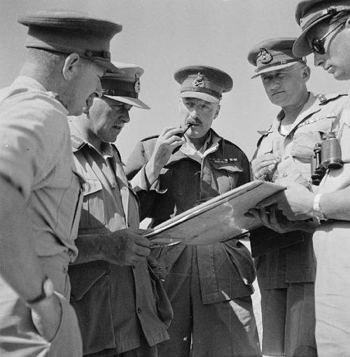 Генерал-майор Нил Ричи с командирами подразделений. 31 мая 1942 года.
