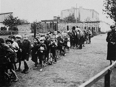 Отправка детей из гетто Лицманштадта в лагерь смерти Кульмхоф. 1942 г.