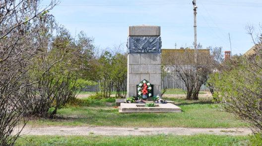 п. Береславка Калачевского р-на. Братская могила советских воинов по улице Волгоградская, 32-г.