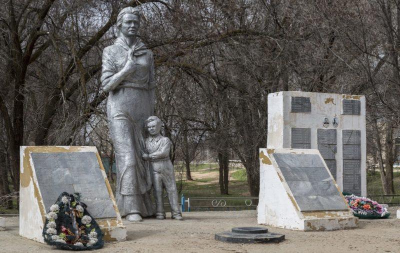 с. Заплавное Ленинского р-на. Памятник не вернувшимся с войны, установленный возле Дома культуры.