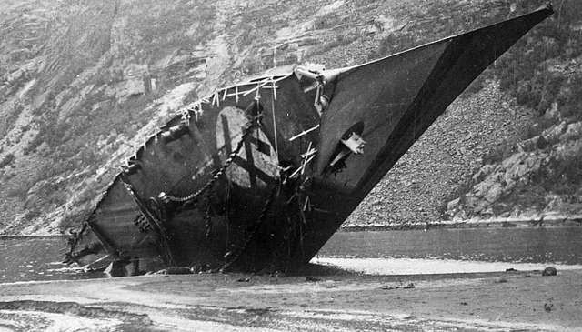 Немецкий эсминец «Bernd von Arnim» тонет в Ромбакс-фьорде после второго боя. 13 апреля 1940 г.
