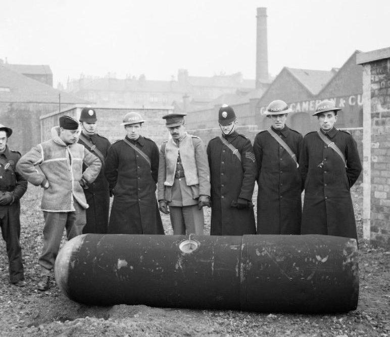 Обезвреженная 1000-кг парашютная мина. Глазго, 18 марта 1941 г.