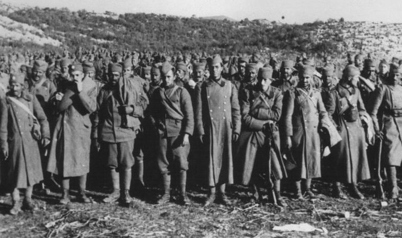 Югославские солдаты сдаются в плен.