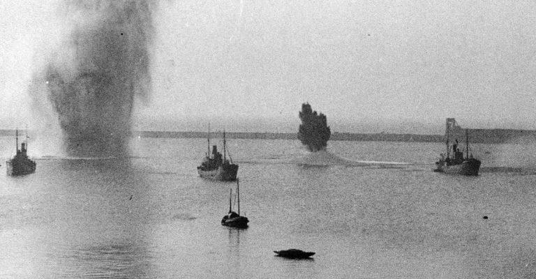 Британские торговые суда во время авианалета на английский порт Дувр.