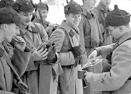Выдача наркомовских ста грамм на Зимней войне. 1940 г.