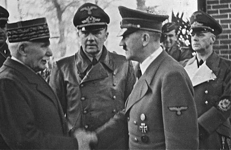 Петен приветствует Гитлера в Монтуар-сюр-ле-Луар. 24 октября 1940 г.