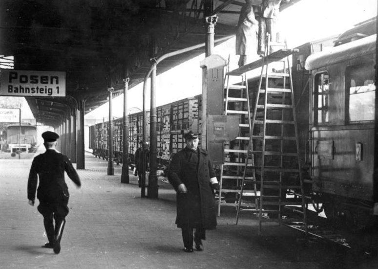 Советский товарный поезд проходит через Польшу.