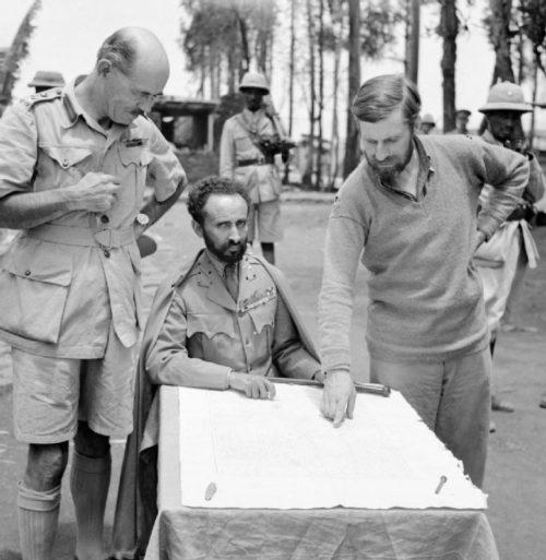 Император Эфиопии Хайле Селассие (сидит) с бригадным генералом Даниэлем Артуром Сэндфордом (слева) и полковником Вингейтом (справа) в форте Дамбаха. 1941 г.