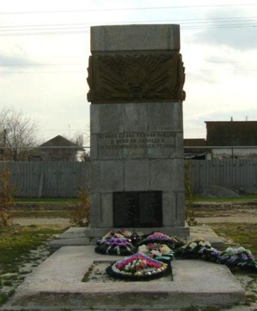п. Береславка-Рокотино Калачевского р-на. Памятник, установленный на братской могиле, в которой похоронено 49 советских воинов.