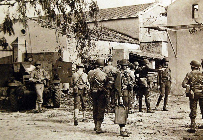 Американцы солдаты на улице Орана.