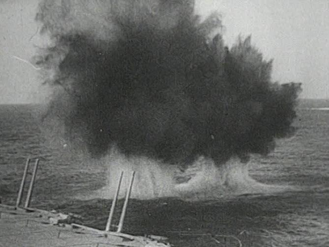 Крейсер «Сидней» под огнем итальянских кораблей.