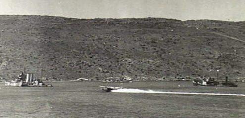 Тяжелый британский крейсер «York» и танкер «Pericles», поврежденные в бухте Суда.