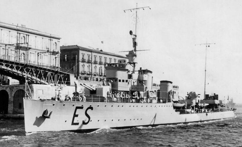 Итальянский эсминец «Эсперо» в порту Таранто.