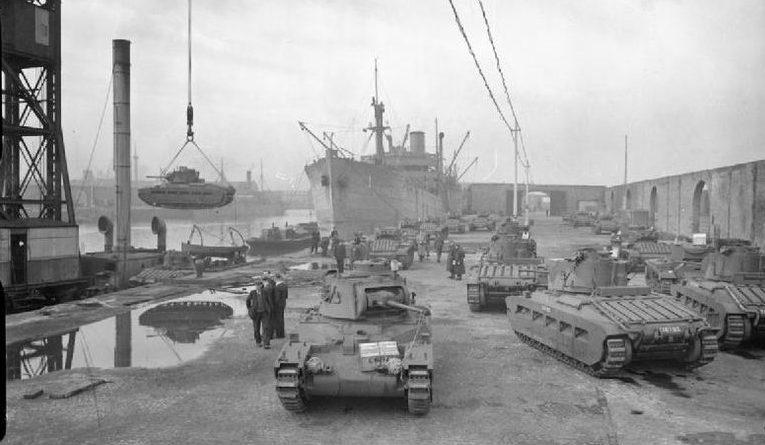 Погрузка танков «Матильда» для СССР в ливерпульских доках.
