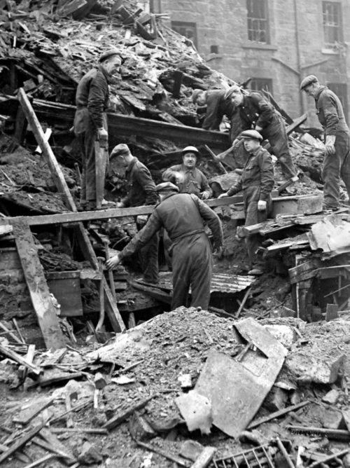 Спасатели среди обломков многоквартирного дома в Глазго.