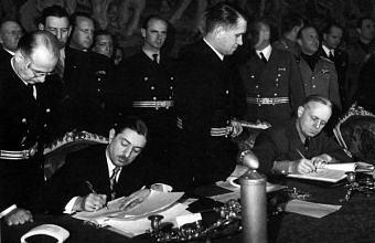 Цветкович и Риббентроп подписывают Венский протокол.