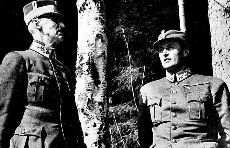 Король Норвегии Хаакон и наследный принц Олав прячутся в лесу во время бомбардировки Люфтваффе. Апрель 1940 г.