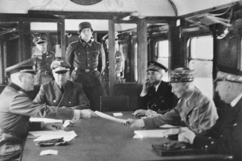 Подписание перемирия Вильгельмом Кейтелем и Шарлем Хюнтцигером в Компьенском лесу.