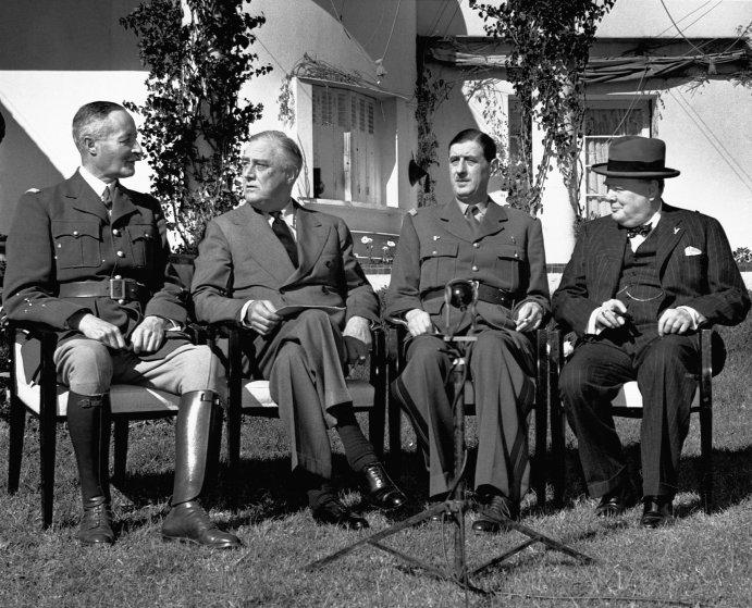 Генерал Анри Жиро, Франклин Делано Рузвельт, Шарль де Голль и Уинстон Черчилль на конференции в Касабланке.