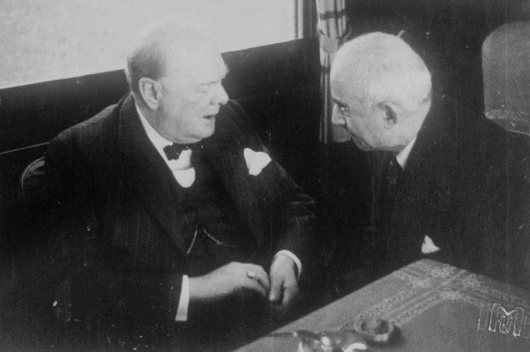 Черчилль и Исмет Инёню беседуют в поезде.
