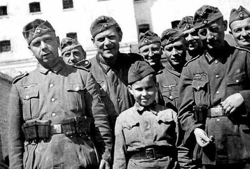 Алекс Курзем - сын полка СС. 1941 г.