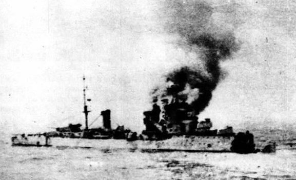 Горящий итальянский крейсер «Бартоломео Коллеони».