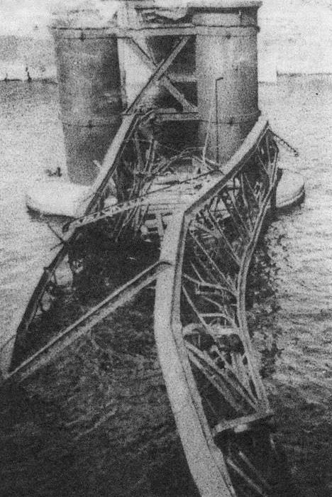 Мост Сан-Эльмо, взорванный итальянскими диверсантами.