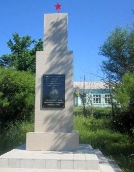 х. Забурдяевский Урюпинского р-на. Памятник на могиле летчика П.А. Панькова.