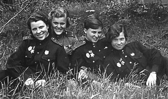 Руднева среди однополчан. 1943 г.