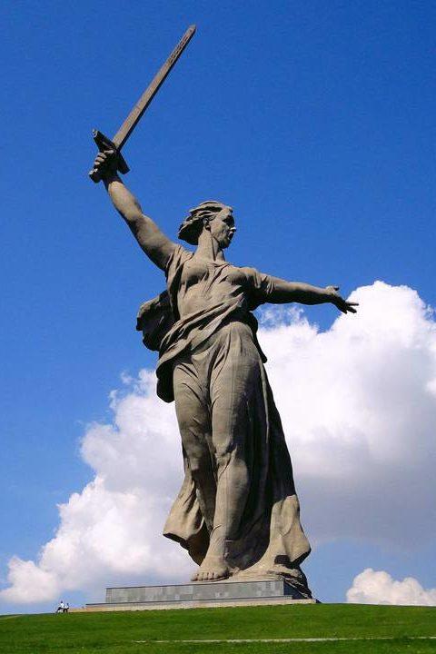 Скульптура «Родина-мать зовет!».